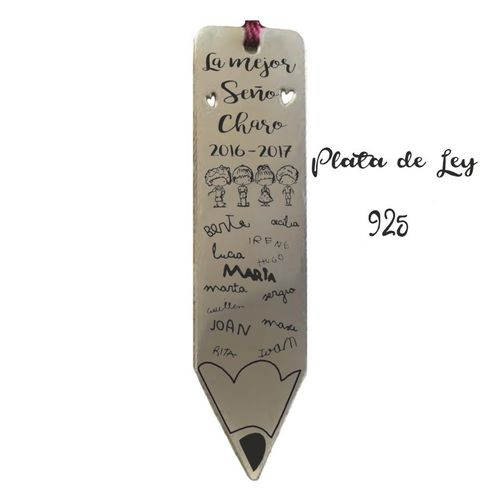 Marcapáginas Lápiz fabricado en Plata de Ley con los nombre de la Seño y los Alumnos corte plata de ley Amazon 40 grados